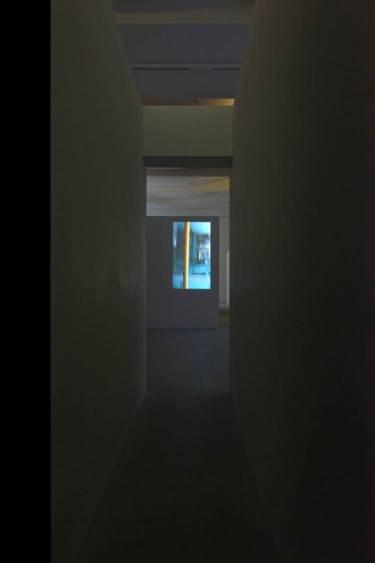 Fig. 4 : La Barre jaune (2014) vue depuis le couloir, exposition Entrevoir. Robert Cahen, © Nicolas Fussler.