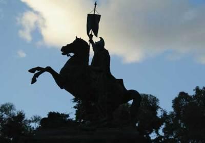 Santiago monument (photo: César Tián/Revue)