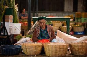 Posición/Position: 2do lugar / 2nd place Premio/Prize: Porta lapiceros de Jades Xibalbá Tema/theme: Mercados de Guatemala / Markets in Guatemala Título/title: Sin título Lugar/place: Mercado Antigua Guatemala Autor/author: Francesco Nadalini