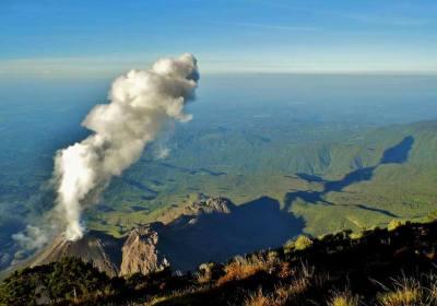 Posición/Position: 1er lugar / 1st place Premio: 1 vale por Q250 en brunch dominical en Mesón Panza Verde Tema/theme: Volcanes de Guatemala / Volcanoes in Guatemala Título/title: El pequeño poderoso Lugar/place: Cumbre del volcán Santa María viendo el Santiaguito Autor/author: David Pérez