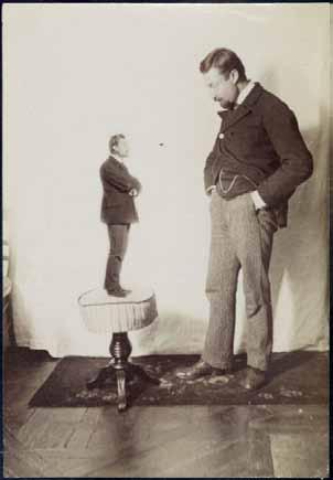 Henri Roger, Le photogaphe regardant son double en miniature sur un tabouret