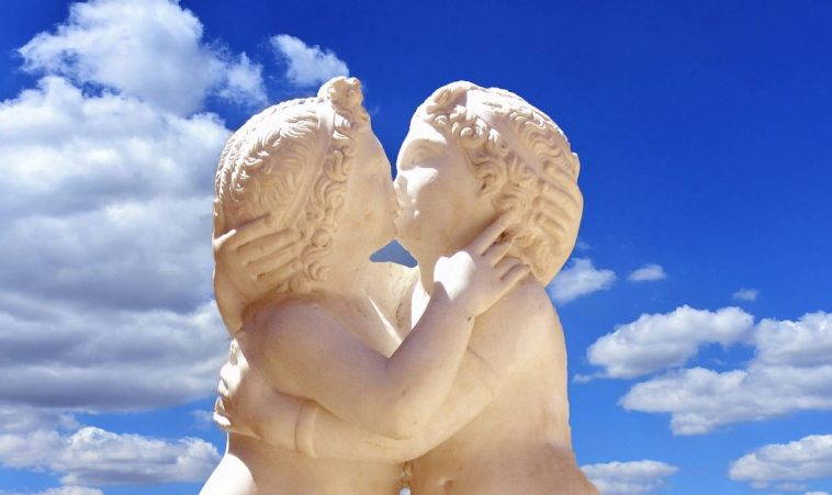 Kissing cherubs Dergeorge Pixabay Love 2625325_1280