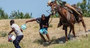 Les images de cow-boys qui chassent des migrants