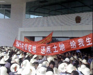 In an undated photo, residents of Nanwan village in southern Guangdong province protest outside a government building against alleged corruption surrounding an eel farm built on their land. (Provided by villagers, published by Radio Free Asia)