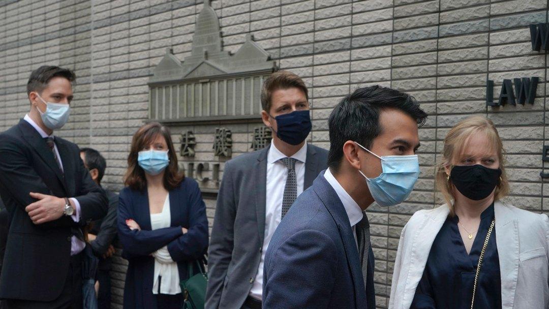 2021年4月16日,左起:荷兰,法国,瑞典,澳大利亚和加拿大的外交代表等待进入香港法庭。 (美联社)