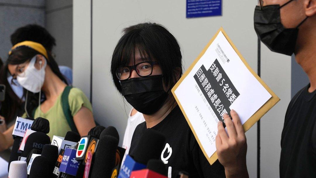 2021 年 9 月 7 日,支联会副主席邹幸彤向媒体发表讲话,然后向警方致函,拒绝他们在香港警察总部的信息请求。(美联社)