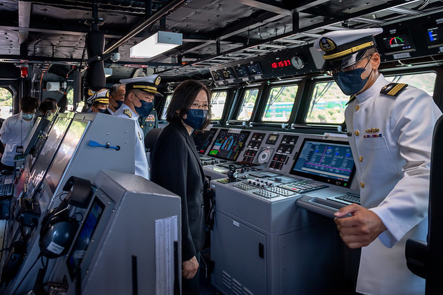蔡英文主持塔江舰成军  首艘具防空能力小型舰
