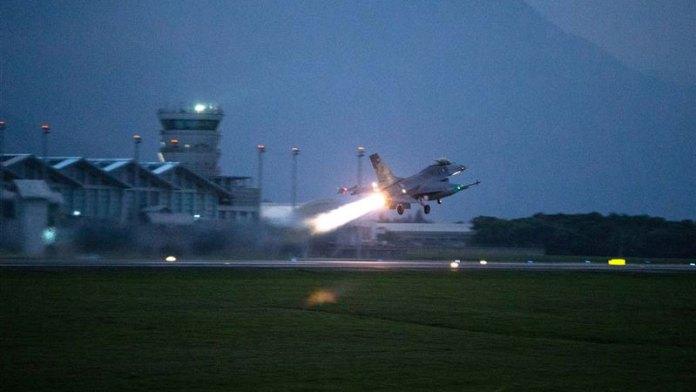 台湾空军第五战术混合联队F-16战斗机于2020年3月24日清晨5点30分紧急升空,实施防空拦截演练。(台国防部提供)