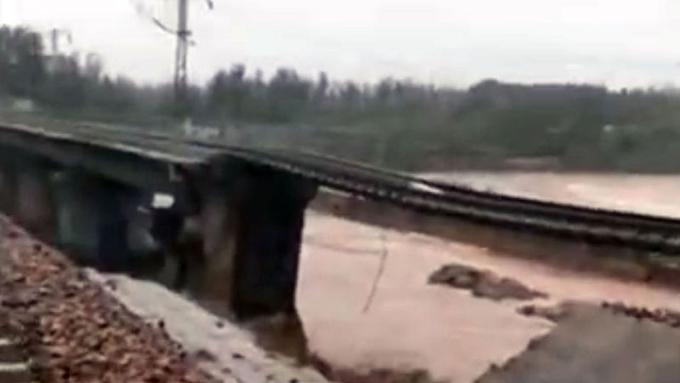 山西祁县的一段铁路被洪水冲垮(微博视频截图)