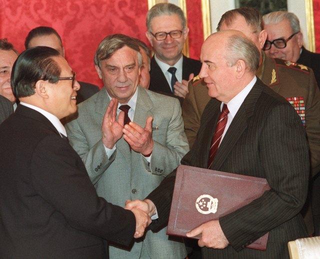 1991年5月16日,江泽民与戈尔巴乔夫在莫斯科就边境问题签署条约。(AFP)