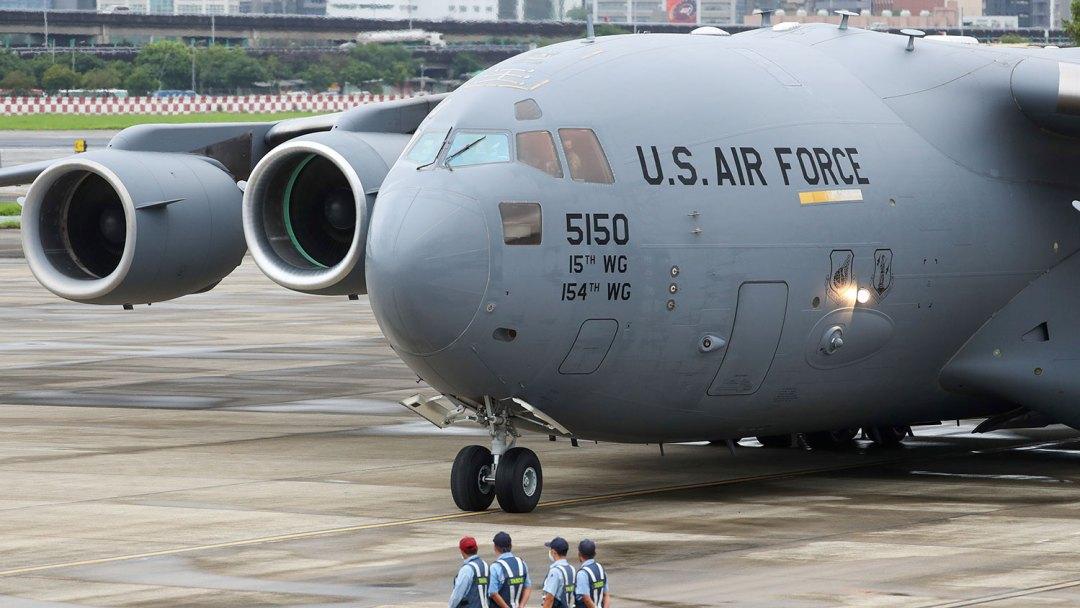 一架美国空军C-17运输机本周日(6月6日)7时19分降落在台北松山机场。(美联社)