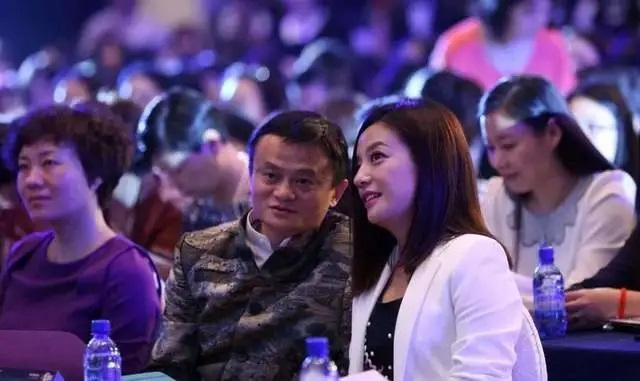 中国艺人赵薇遭全面封杀   罪名或不只逃税那么简单