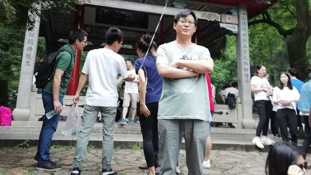 维权律师蔺其磊(前中)开办的北京瑞凯律所被迫关闭 (陈家鸿独家提供)