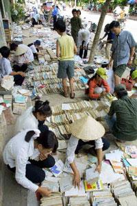 Học sinh đang tìm mua sách đã dùng rồi bày bán trên vỉa hè ở Bắc Ninh