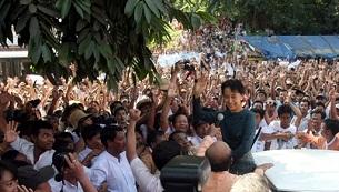 Bà Aung Shan Suu Kyi trên đường đến trụ sở Đảng Liên Đoàn Quốc Gia vì Dân chủ. AFP