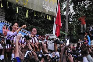 Bà Aung Shan Suu Kyi ở trước nhà  chào đám đông đang chờ đợi chúc mừng bà