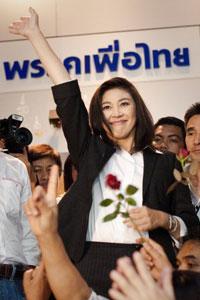 Bà chủ tịch Đảng Puea Thái, Yingluck Shinawatra giành chiến thắng vẻ vang trước Đảng Dân chủ của đương kim thủ tướng Abhisit Vejajiva. AFP