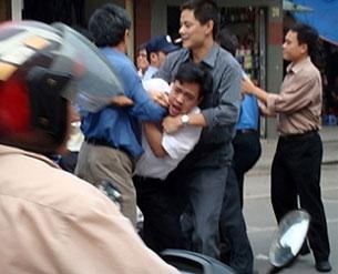 Công an Hà Nội tóm bắt sinh viên Nguyễn Tiến Nam tại chợ Đồng Xuân trong cuộc biểu tình chống Trung Quốc