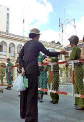 Người dân xin trình bầy nguyện vọng. RFA files