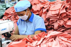 Nhân viên Công ty May 10 trong dây chuyền sản xuất hàng xuất khẩu .