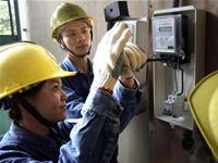 Nữ công nhân ngành điện lực