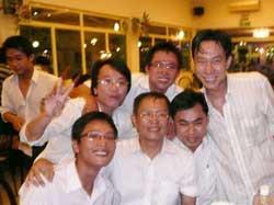 GS Phạm Minh Hoàng (hàng đầu, giữa) và các sinh viên của Đại Học Bách Khoa TPHCM trong buổi tiệc Tất Niên ngày 28/01/2010. Hình do gia đình cung cấp.