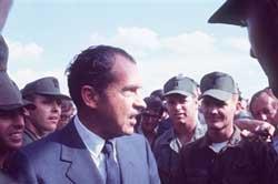 Tổng thống Richard Nixon thăm quân đội Mỹ tại Việt Nam năm 1970. AFP PHOTO.