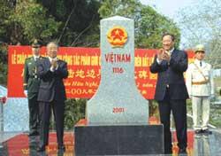 Ông Phạm Gia Khiêm và Ủy viên Quốc vụ viện Đới Bỉnh Quốc tại buổi cắm mốc phân ranh giới Việt Trung trên đất liền. Photo courtesy of TG&VN.