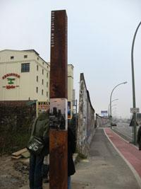 Một đoạn của Bức tường Berlin, ranh giới một thời của sự đổi đời. Photo by Diệu Thomas.
