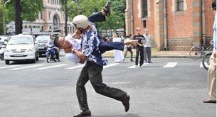 """Cách hành xử của an ninh TPHCM: Tôi Phan Nguyên, là người bị bắt (các bạn có thể nhìn thấy tôi trong bức ảnh nóng nhất ngày 12/06/2011) trông như một con vật giữa thế kỷ 21 này…"""""""