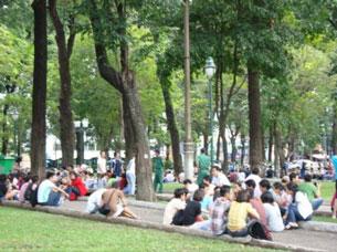 Cảnh ngồi biểu tình hiền hòa quanh nhá thờ Đức Bà của giới trẻ Saigon