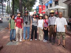 Blogger Điếu Cày chụp hình cùng bạn bè và thành viên Câu lạc bộ Nhà Báo Tự Do trước lúc bị bắt hôm 23/12/2010. Photo courtesy of ĐiếuCày's Facebook.