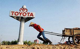 Công nhân kéo đất đắp đường. AFP