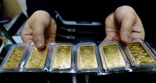 Vàng miếng SJC tại một tiệm kinh doanh vàng ở Hà Nội hôm 25/2/2011. AFP