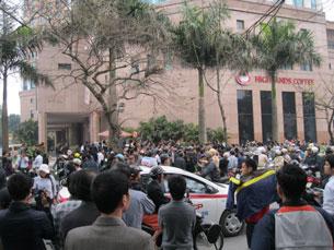 Không được tham dự phiên tòa xử TS luật Cù Huy Hà Vũ dù là tuyên bố xử công khai, dân chúng tụ tập đông nghẹt chung quanh khu vực tòa án. RFA