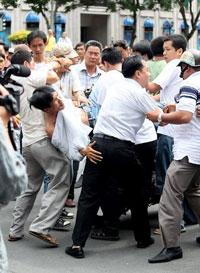 anti-china-protest-in-saigoni-06122011-200.jpg