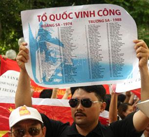 Danh sách những người lính đã hy sinh tại Hoàng Sa- Trường Sa không phân biệt trước hay sau năm 1974 xuất hiện rất nhiều trong đoàn biểu tình chống Trung Quốc