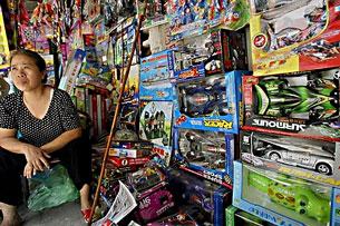 Đồ chơi Trung Quốc bày bán tại một cửa hàng ở Hà Nội hôm 15-8-2007