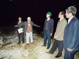 Đoàn của MTTQ  giám sát kiểm tra hiện trường ngôi nhà ông Đoàn Văn Vươn bị san phẳng . Source NLĐ