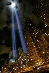 Hai ngọn đèn chiếu sáng lên trời tượng trưng cho tháp đôi ở World Trade Center trong lễ tưởng niệm biến cố 11-9.  AFP PHOTO