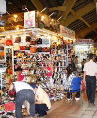 Quầy hàng giày dép trong chợ Sàigon