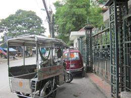 xe-cua-nhom-thuong-binh-dau-truoc-cong-thu-vien-vien-nghien-cuu-han-nom-ha-noi-sang-18-5-2012.-courtesy-nguyenxuandien