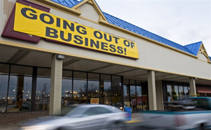 Kinh tế Mỹ rơi vào suy trầm, tỉ lệ thất nghiệp tăng cao, mức tiêu thụ giảm, nhiều doanh nghiệp phải tuyên bố phá sản.