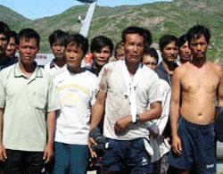 Các ngư dân thoát chết trong vụ bị tàu lạ đâm chìm hồi tháng 9, 2011.vnexpress