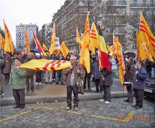 """Tại Paris tập thể người Việt tổ chức biểu tình tại công trường Italie, thuộc quận 13 để ủng hộ """"Thỉnh nguyện Thư"""" gởi TT Mỹ."""