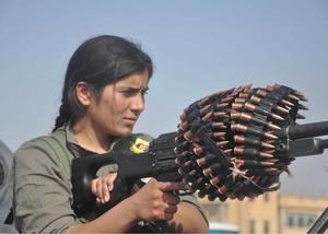 Luptătoare kurdă la Ras al-Ayn. Toate fotografiile au fost făcute de Hamid Mesud