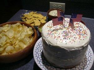 独立記念日ケーキにお菓子などなど。ディナーはカジュアルに自家製ハンバーガーでした。