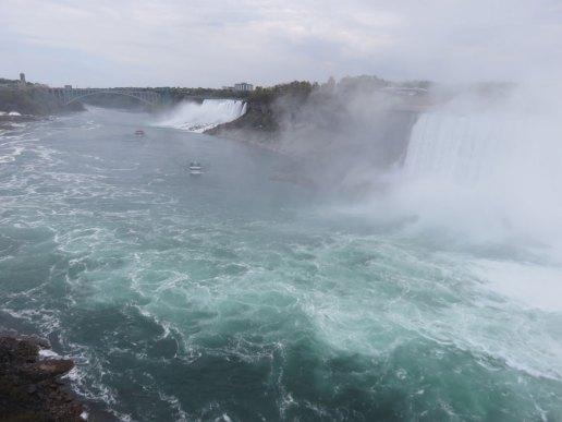 カナダ側の滝。奥に小さく見えるのがツアーボート2台。