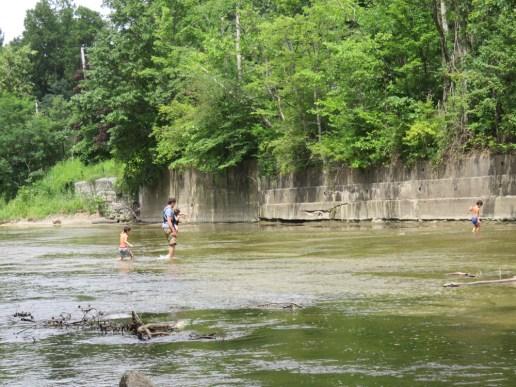子供達が川で戯れるのを眺めながらおしゃべりしたり。