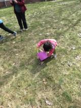 エッグハントで一生懸命な娘。転びながらも頑張ってました。
